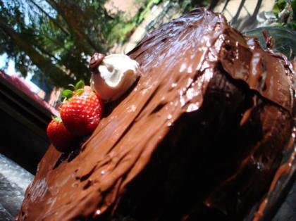 Bolo de camadas de morango com cobertura de chocolate