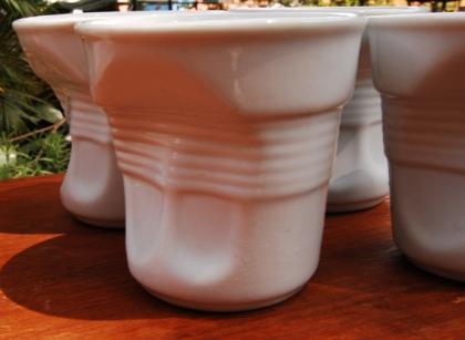 Flan de Chocolate em Copo de porcelana imitando copo de plastico amassado