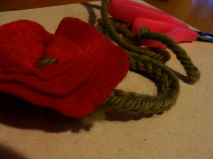Flor de Feltro com caule de croche