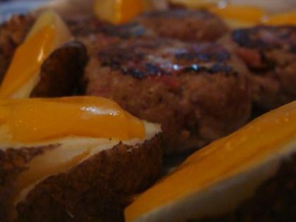 Batatas com Queijo Cheddar e Hamburguer