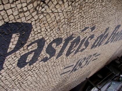 Calçada em Mosaico Portugues em frente a pastelaria de Belem em Lisboa