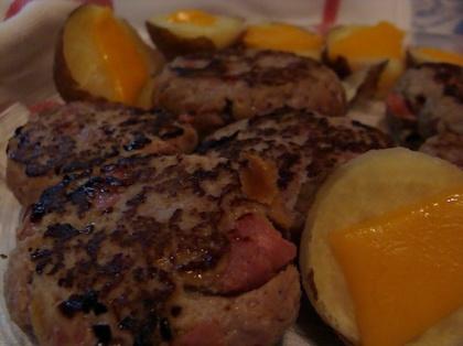 Hamburguer picante caseiro acompanha batata cozida com cheddar