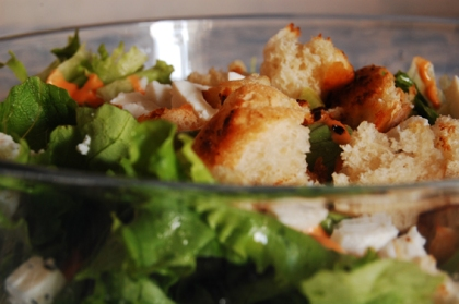 Salda de Alface com croutons caseiros e queijos de cabra frescal