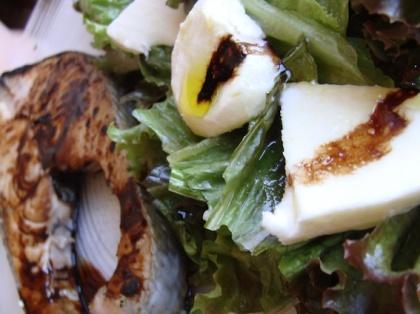 Salmon em redução de balsâmico e salada de alface roxa com mussarela de búfala