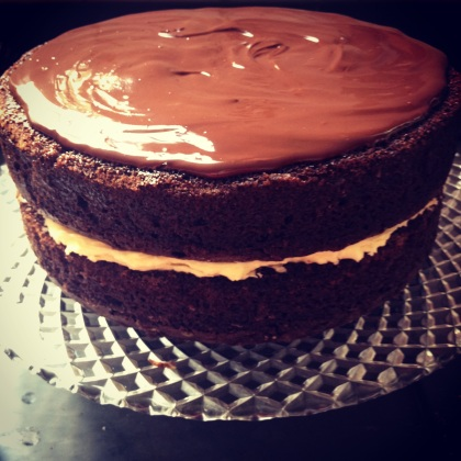 bolo de chocolate com recheio de buttercream e cobertura de chocolate